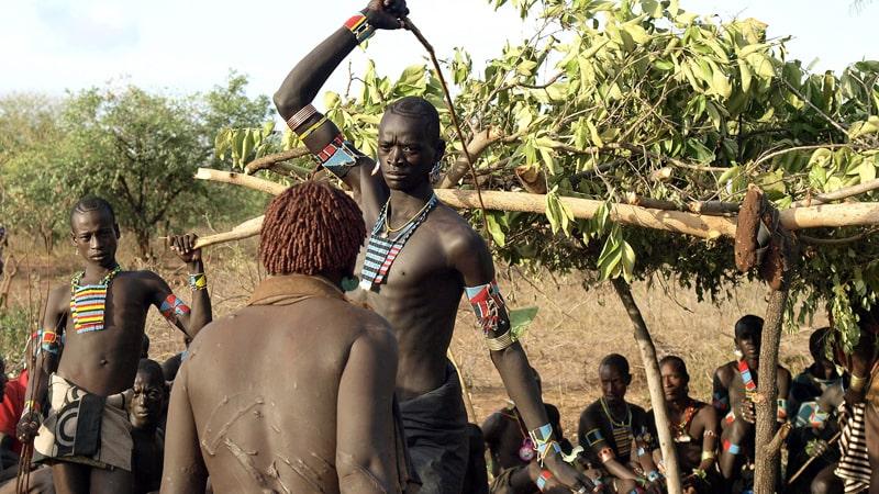 Инициация африканского парня