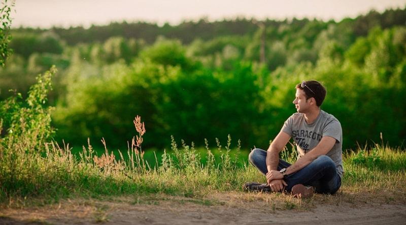 Мужчина наедине с собой учится понимать что с ним происходит и бороться с трудностями