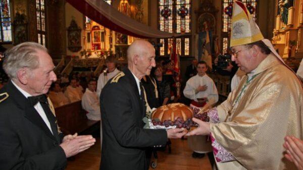 Процессия с дарами (приношение хлеба и винограда) во время Имшы в католическом храме
